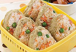 グリーンピースと鮭の混ぜご飯おにぎり