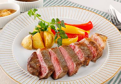 2種ソースのステーキ(赤ワインソース、オニオンソース)
