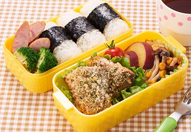 鮭のマヨパン粉焼き弁当(きのことコーンのバター醤油炒め・さつまいものレモン煮)