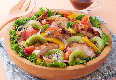 グリルチキンとキウイのサラダ