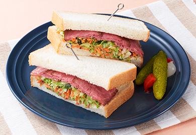 ローストビーフとコールスローのサンドイッチ